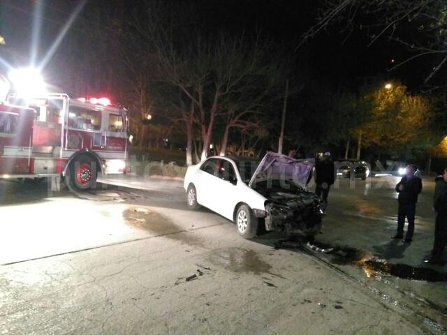 SE ESTRELLAN 3 AUTOS A LA ENTRADA DE COLONIA, JOVEN SERIAMENTE LESIONADO