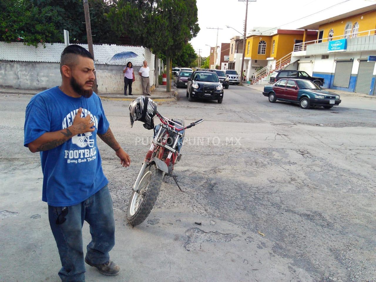 CONDUCTORA CHOCA MOTOCICLISTA Y ESCAPA EN CRUCE DE CALLES EN MONTEMORELOS.
