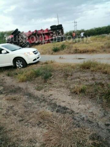 SE DESPRENDE CAJA DE TRÁILER Y CHOCA CON AUTOBÚS DE PASAJEROS EN LINARES, REPORTAN HERIDOS.