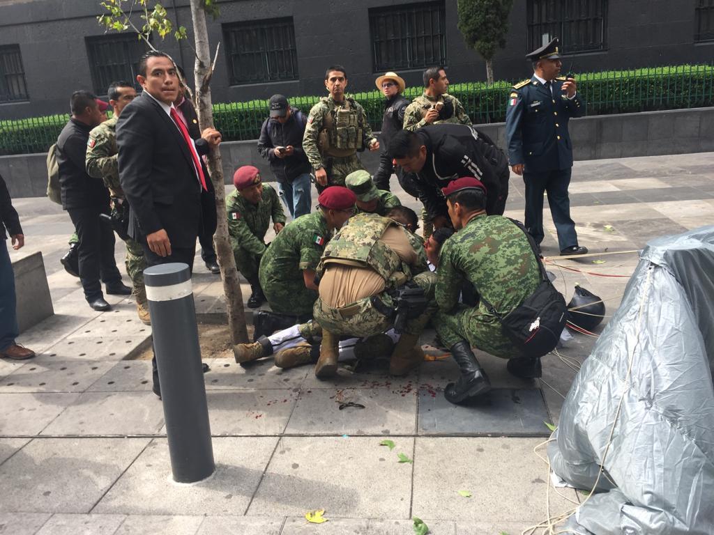 LESIONADO PARACAIDISTA DE LA MARINA EN DESFILE EN LA CIUDAD DE MEXICO.