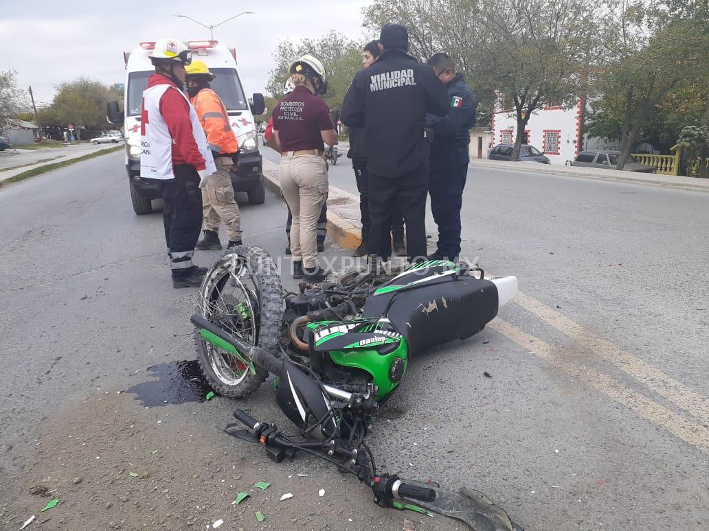CHOQUE ENTRE AUTO Y MOTOCICLETA EN AVENIDA DE MMORELOS, MOTOCICLISTA RESULTA ILESO.